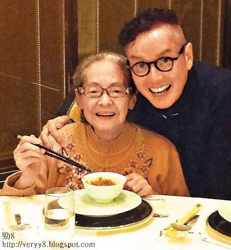 出名孝順嘅譚校長,喺呢個「普世歡騰」嘅大日子,梗係陪 91歲仲咁精靈嘅媽媽陳珍妮撐枱腳啦!
