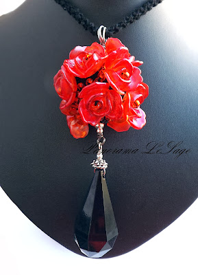 wisior szydełkowy róże róża Panorama LeSage Darłowo biżuteria szydełkowa wisior szydełkowy kryształ koraliki długi