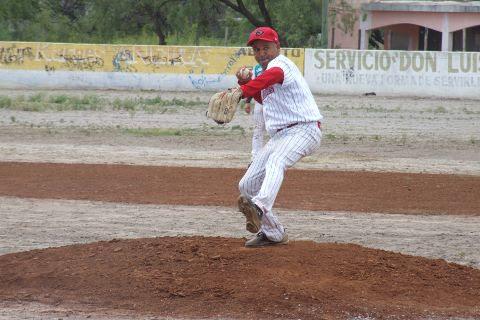 Daniel Villarreal de Tiburones en la Liga de Beisbol de Salinas Victoria