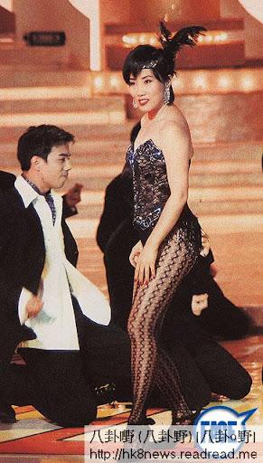 美儀姐喺第 3集著性感內衣引松哥,原來套衫係 94年汪明荃唱〈熱咖啡〉時嘅戰衣,存放18年繼續著, TVB夠曬慳。