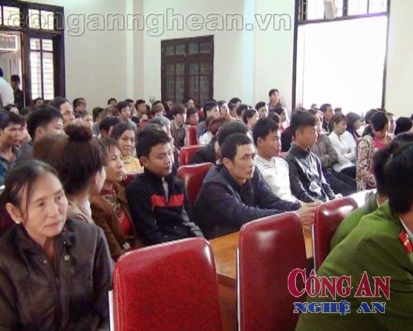 Rất đông người dân chứng kiến phiên tòa