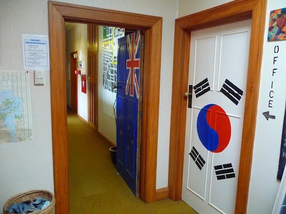 Aquí hay otras piezas que también tienen otras banderas de países pintadas en la puerta