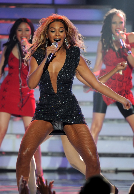 Beyonce Upskirt Moment on Stage(2photos):celebrities,upskirt