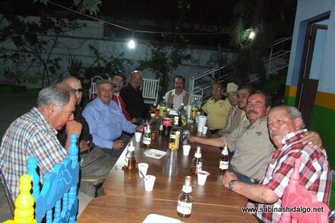 Grupo de bohemios a la mesa