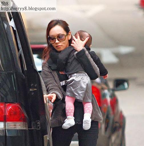 手勢熟練 <br><br>不施脂粉的楊思琦小心翼翼抱起 Krystal,再將女兒放進 BB車內。看她單手已抱穩 B女兼且護住對方頭部,手勢熟練。