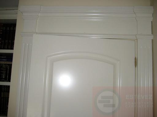 detalle de cabecero y jambas con molduras especiales puerta plafonada