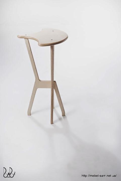 Фанерный барный стул - видна конструкция ножек