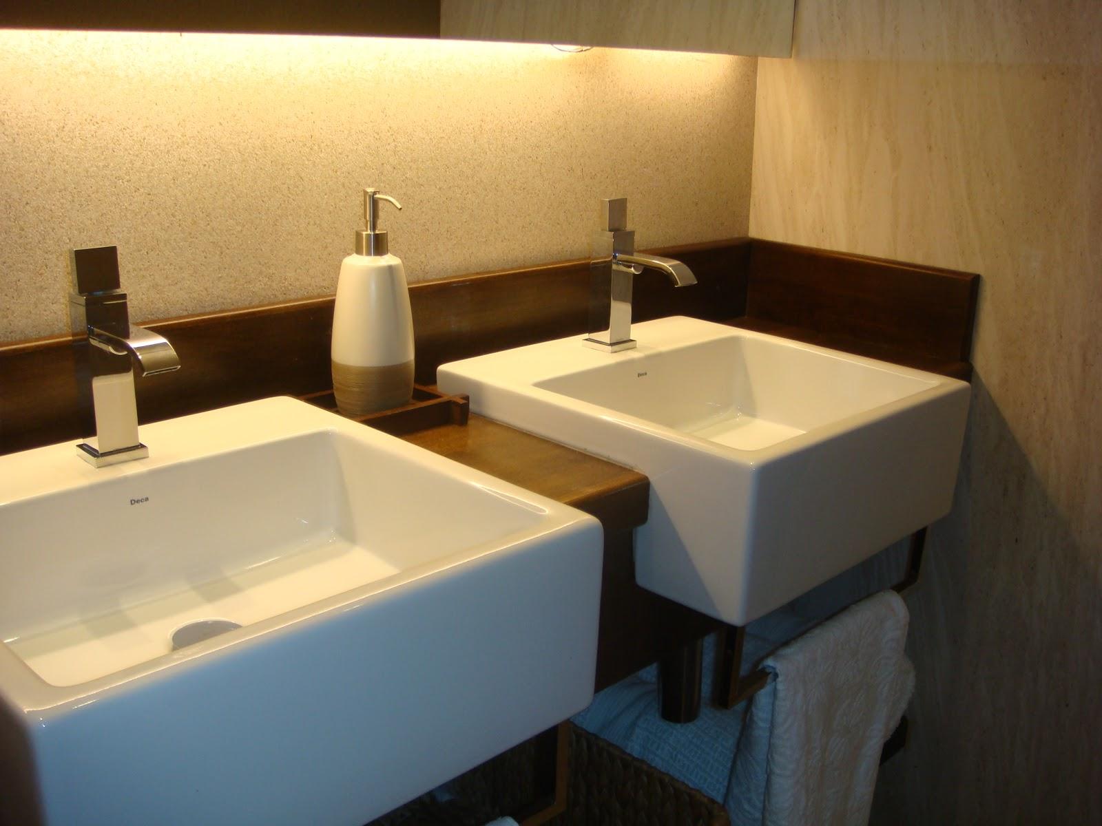 Detalhe do banheiro com bancada em madeira fulget nas paredes e  #C5B006 1600x1200 Bancada Banheiro Limestone