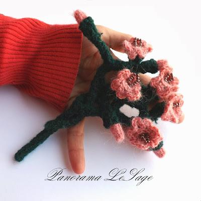 Broszka szydełkowa biżuteria szydełkowa Panorama LeSage Kwiaty koraliki gałązka szydełkowa z kwiatami duża broszka lekka Panorama LeSage Anna Grabowska Darłowo