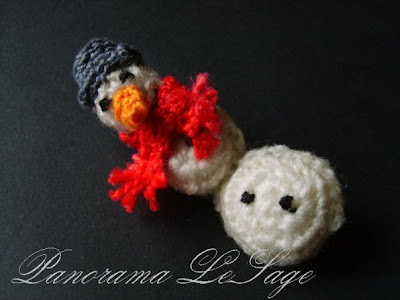 Broszka szydełkowa kolorowa duża wyrazista Panorama LeSage Biżuteria szydełkowa świąteczne Hallo Kitty Colored crocheted brooch large expressive Panorama Lesage Jewelry Hello Kitty Christmas crocheted Bałwan