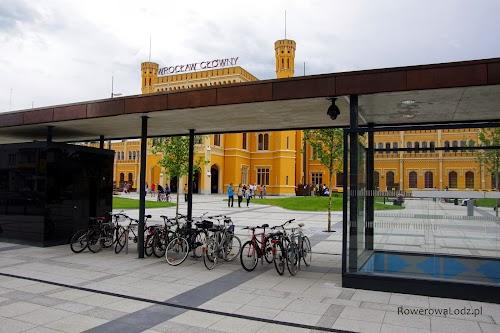 Parking rowerowy przed dworcem PKP Wrocław Główny