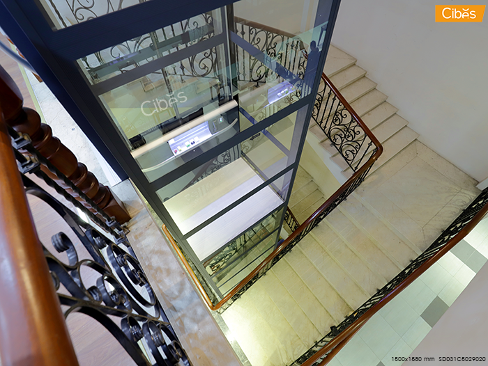 Nếu diện tích nhà bạn tương đối nhỏ, bạn có thể lựa chọn thiết kế thang máy trong lòng thang bộ để tiết kiệm diện tích ngôi nhà