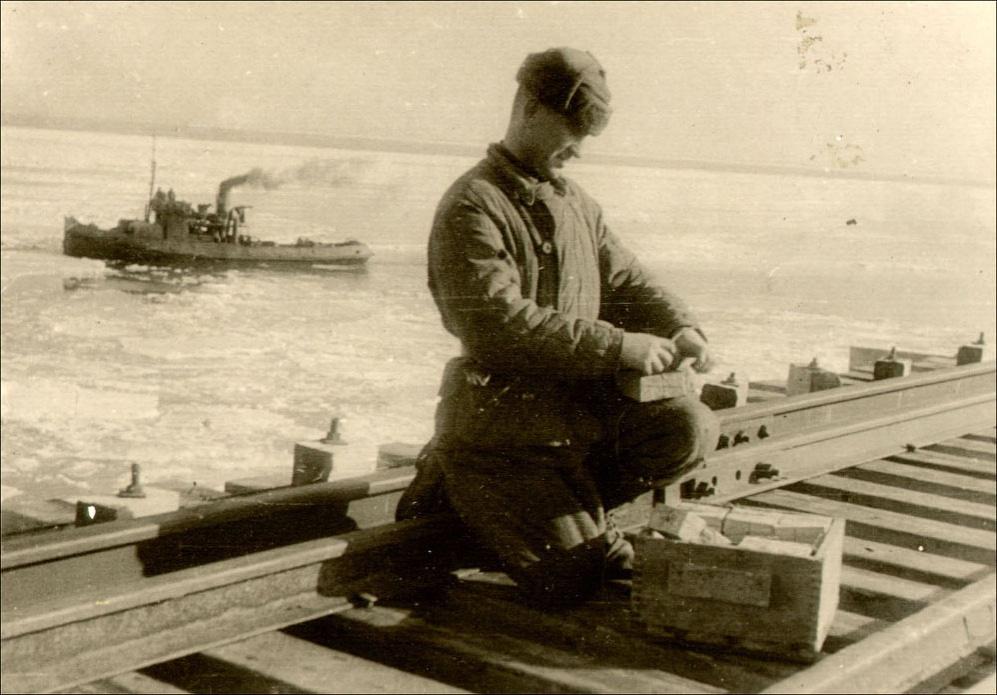Сапер готовит взрывчатку, которой предполагалось раздробить ледяные поля, угрожавшие основаниям моста с начала февраля 1945 года / DR