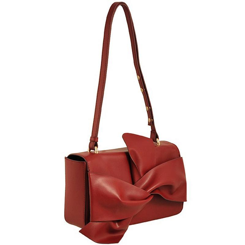 02cee787596e При этом размер и форма аксессуара не имеет значения: будь то маленький  клатч на длинной цепочке, мессенджер или сумочка с клапаном.