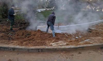 Рабочие пилят гранитные бордюры и плитку без воды и экранов, а также без адекватных средств защиты.