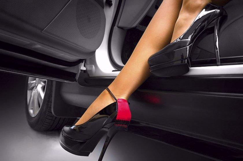 Kinh nghiệm lái xe dành cho chị em phụ nữ - hạn chế đi giày cao gót.