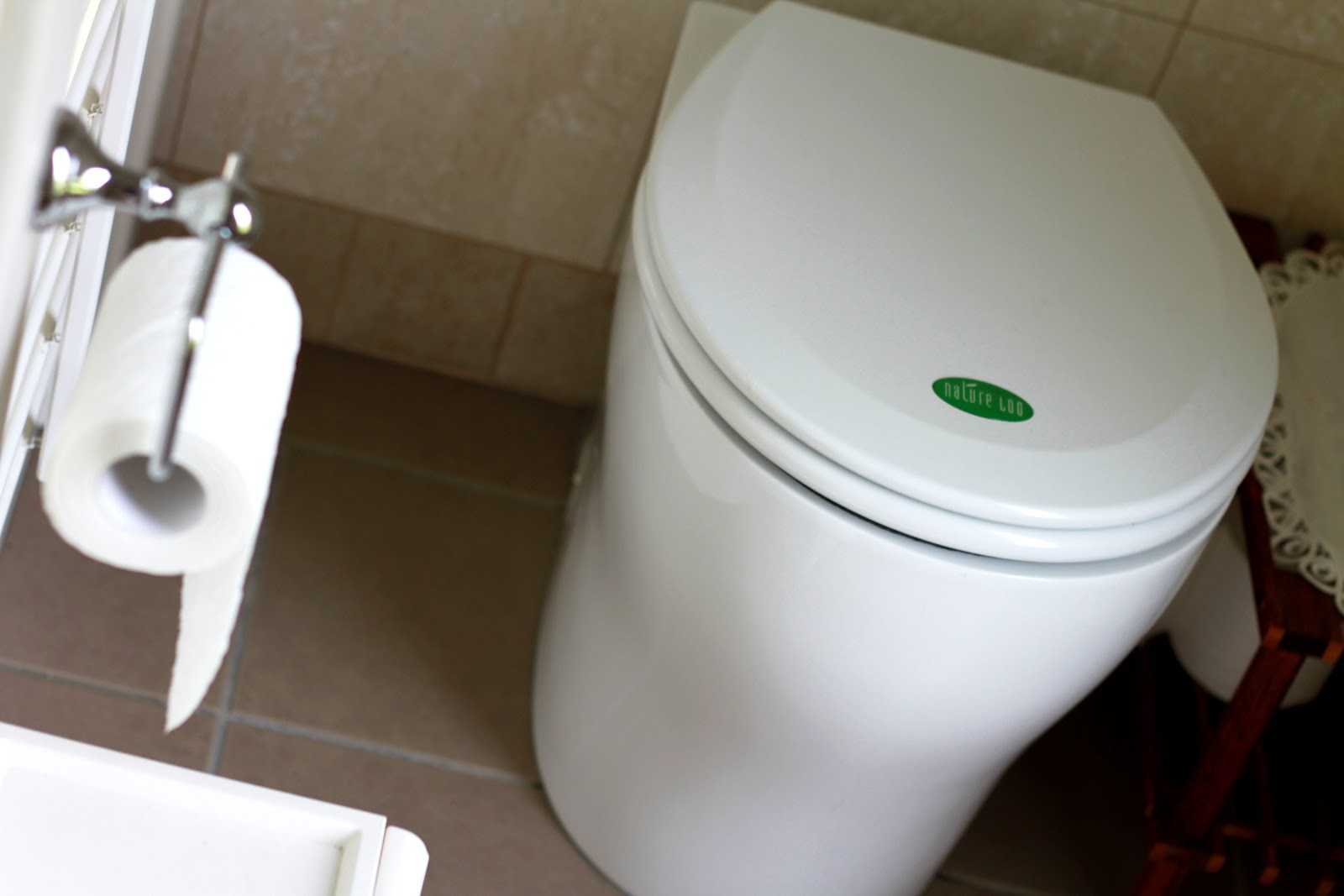 https://upload.wikimedia.org/wikipedia/commons/0/07/Nature_Loo_Waterless_Composting_Toilet_Pedestal.jpg
