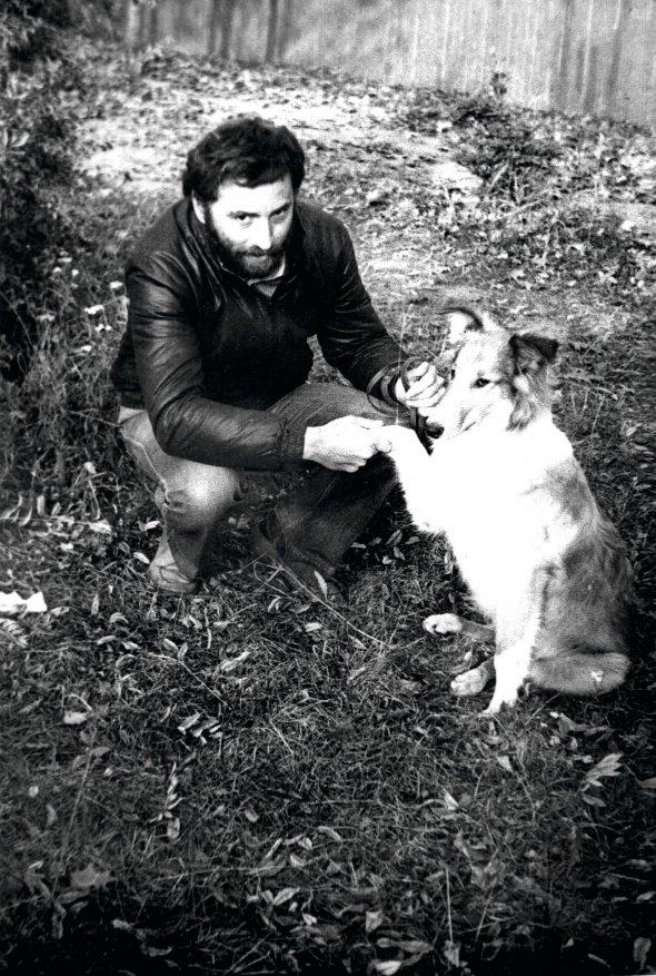 Йосиф Зісельс гуляє зі своїм псом Лайті в Чернівцях. Фото 1982 року