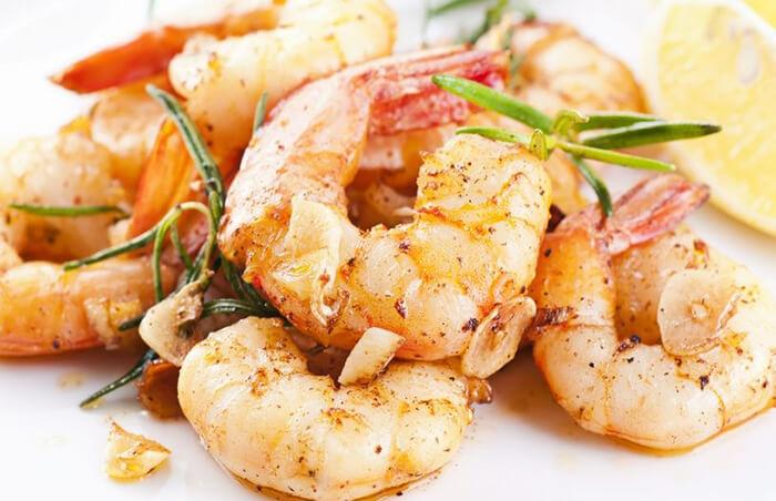 橄欖油+蒜粒+白蝦+胡椒+一點香草=帶有異國風味的乾煎蒜香蝦,真的簡單到不能再簡單了!