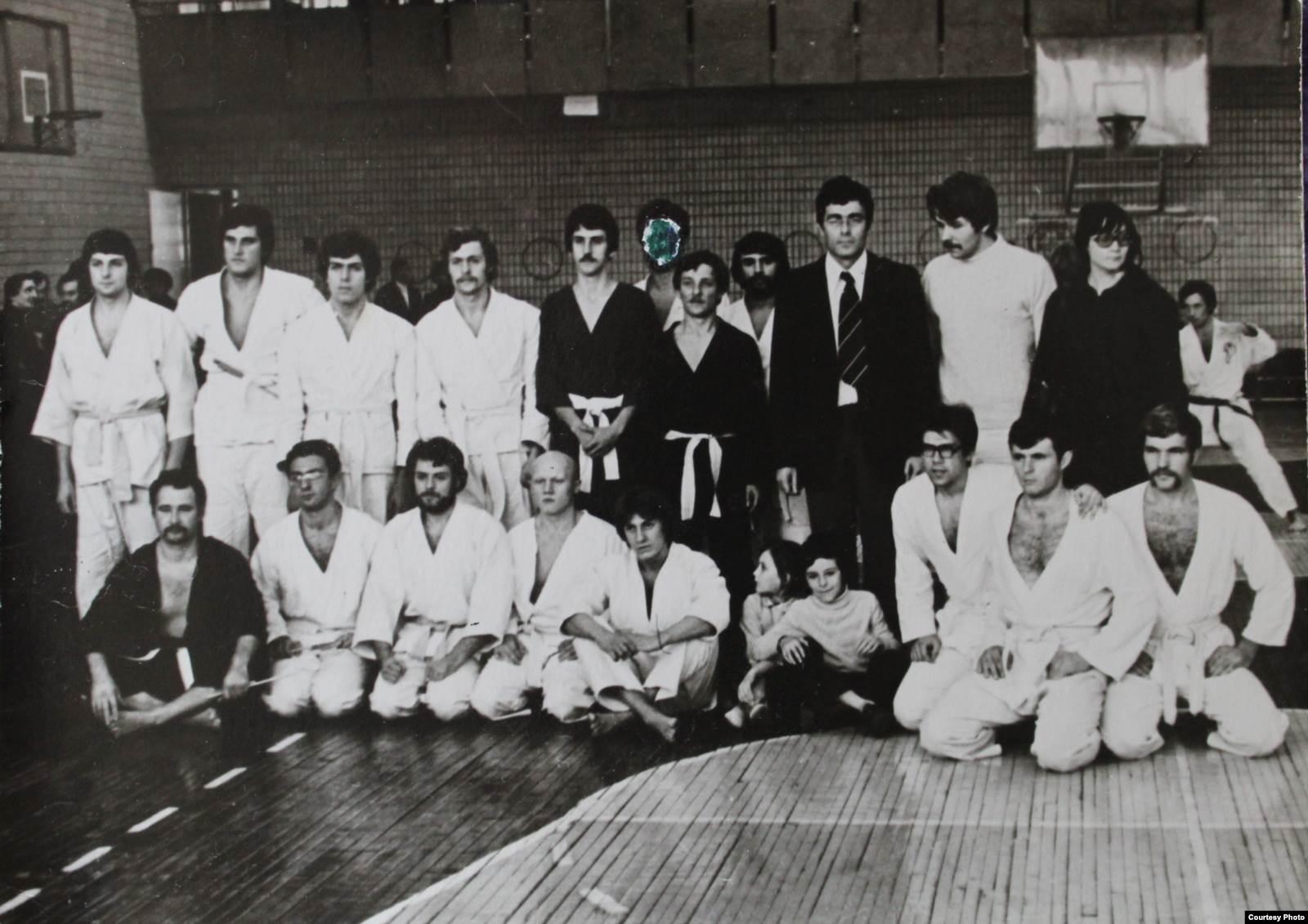 Рудольф Каценбоген с учениками, 1970-е. Во втором ряду крайний слева — Лесь Подервянский. В первом ряду третий слева — Борис Шелест, сын бывшего первого секретаря ЦК КПУ Петра Шелеста