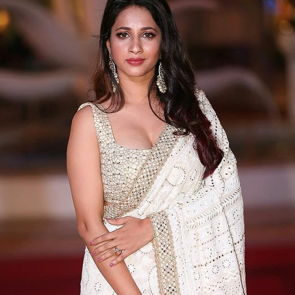 Manvitha Harish Looks Lovely in Saree- Photos!! Navel Queens