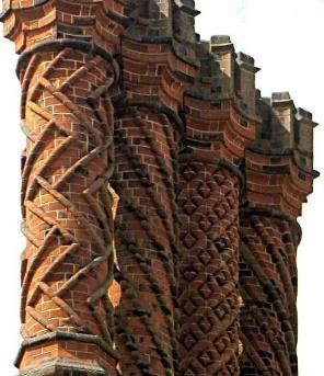 https://upload.wikimedia.org/wikipedia/commons/2/28/Tudor_chimneys_on_Hampton_Court_Palace%2C_Middlesex.jpg