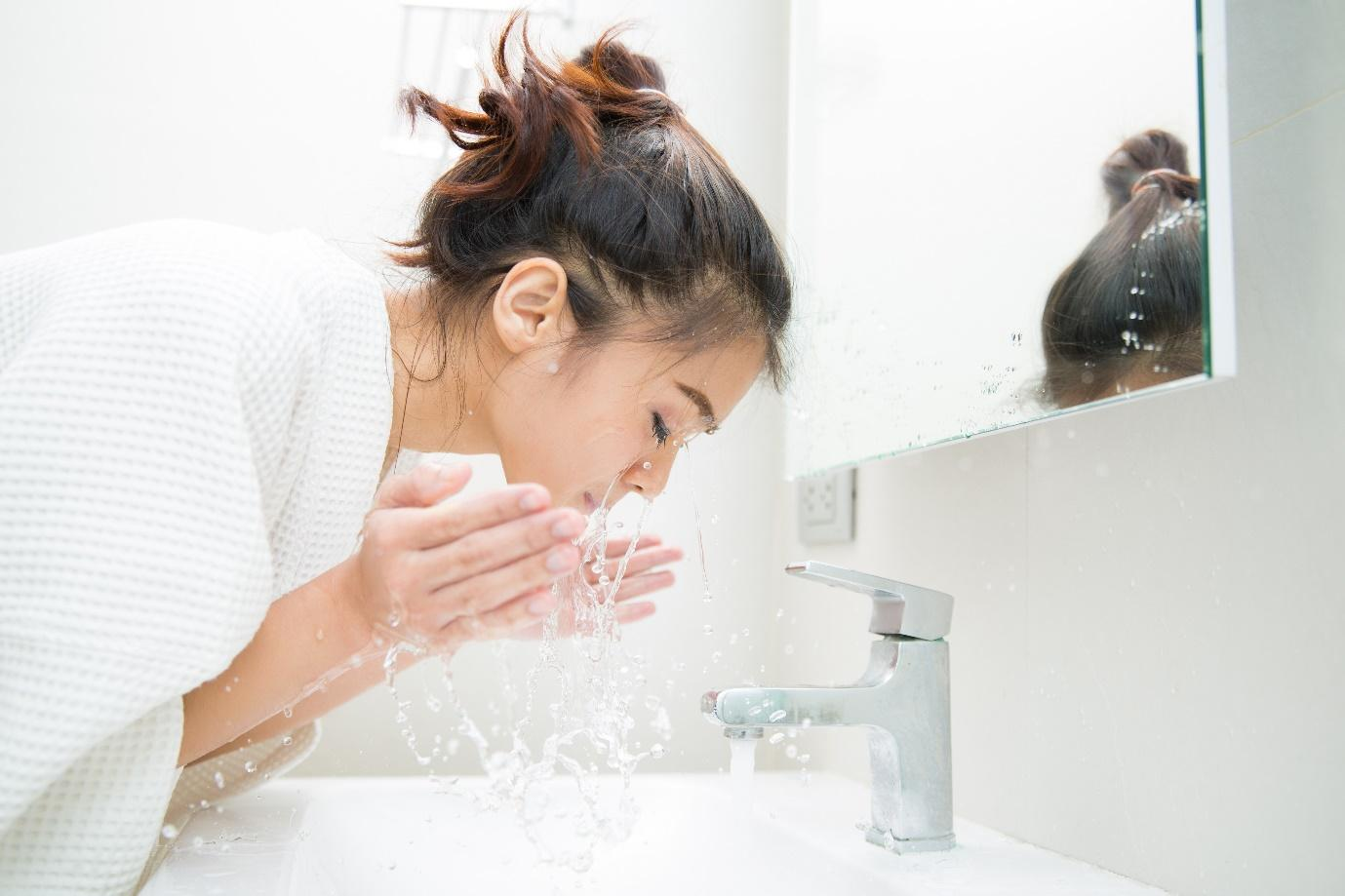 A person washing the hairDescription automatically generated with low confidence