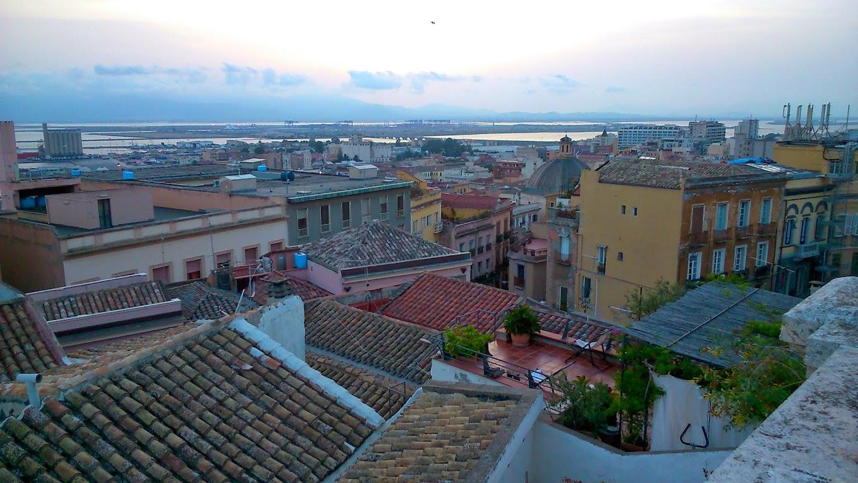 Вид на Кальяри с площади старых ворот