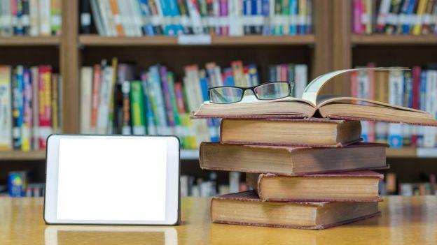 Электронная книга и несколько бумажных