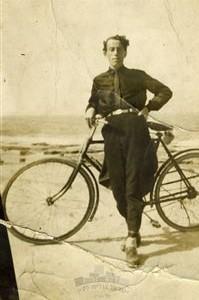 C:\Users\ALIZA\Desktop\שרגא נצר\תמונות\שרגא\1928 חוף הים בתל אביב.jpg