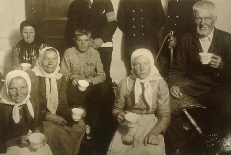 УДИВИТЕЛЬНЫЙ НАПИТОК: Шведская семья по дороге из Украины пьет кофе