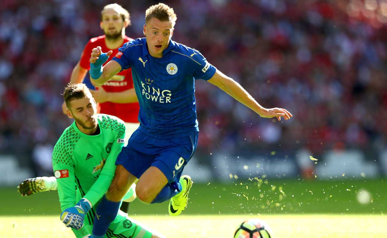 Jamie Vardy of Leicester tips the ball around Manchester United keeper David de Gea to score a goal