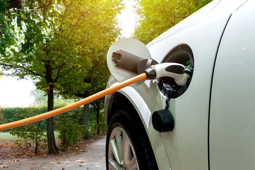 Venda de veículos elétricos tem crescido mais de 200% ao ano. (Fonte: Shutterstock)
