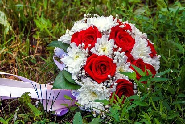 Букет невесты с хризантемами и розами