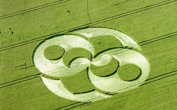 Hòn đá trông khá giống với hình ảnh khổng lồ xuất hiện trên cánh đồng rộng lớn tại Chiseldon, Anh năm 1996.