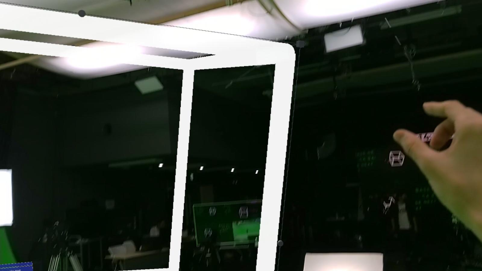 写真: HoloLens 2から白いCubeを手で操作しています