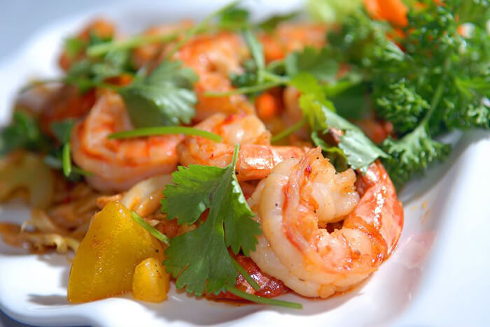 將白蝦去殼後,加少許橄欖油跟鳳梨、甜椒或番茄小火悶一下後轉中大火快速拌炒收汁,就是一道清爽簡單的蝦料理囉!蝦的甘甜配上酸酸甜甜的天然蔬果香,開胃又無負擔。