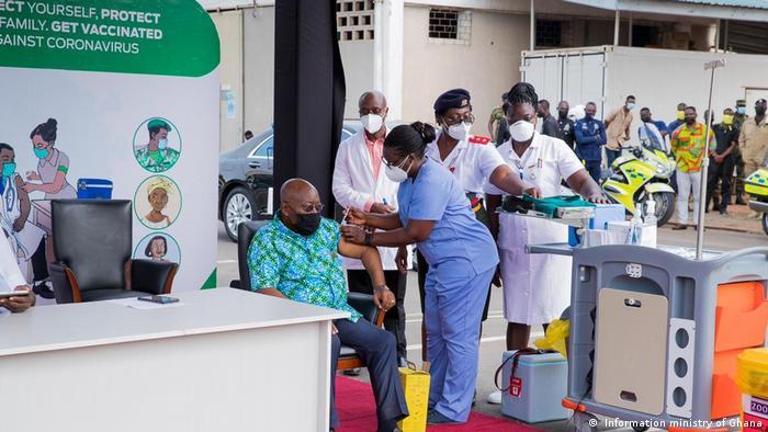 Ghana President Nana Akufo-Addo being vacinated.