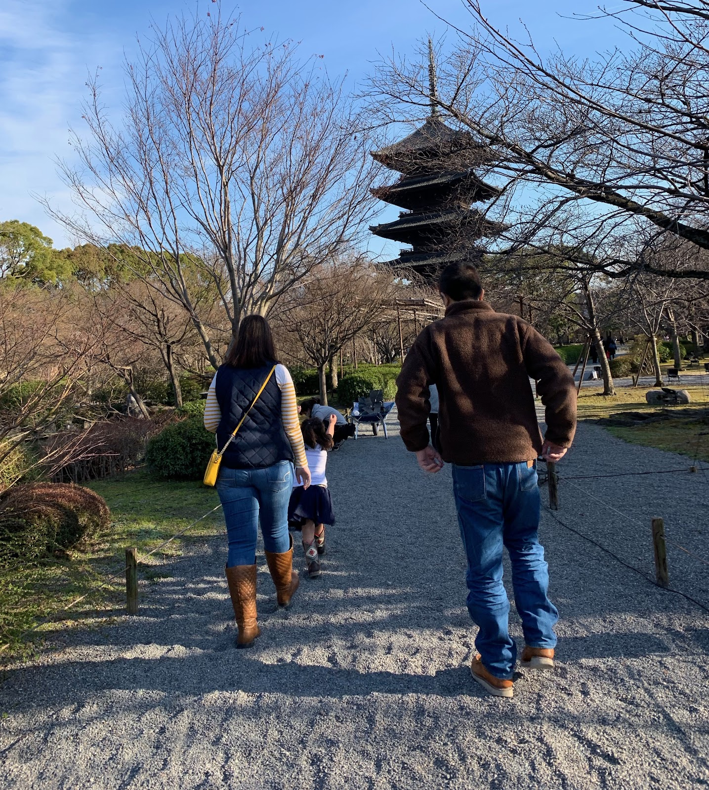 Family enjoy the Toji temple