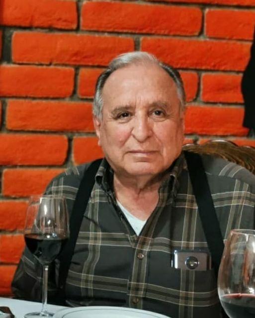 Hombre sentado en un restaurante  Descripción generada automáticamente