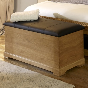 Blanket box finished in Italian leather