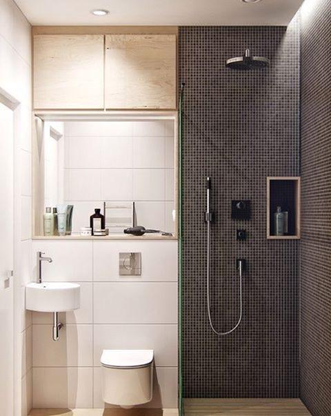 совмещенная душевая в черно-белой гамме отделенная от туалета с умывальником стеклянной шторкой
