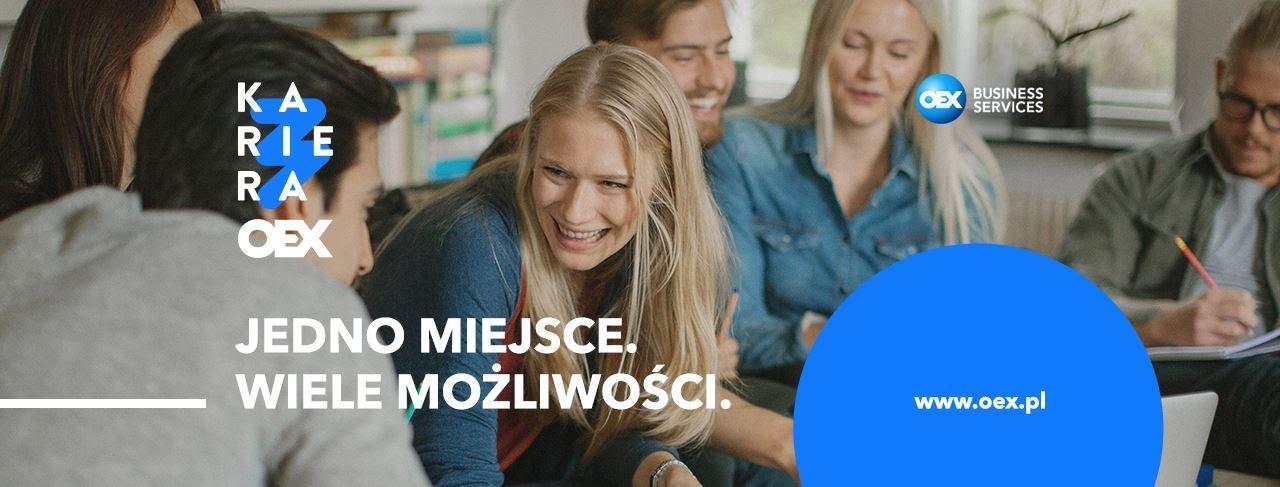 Obraz może zawierać: 3 osoby, uśmiechnięci ludzie, ludzie siedzą i tekst