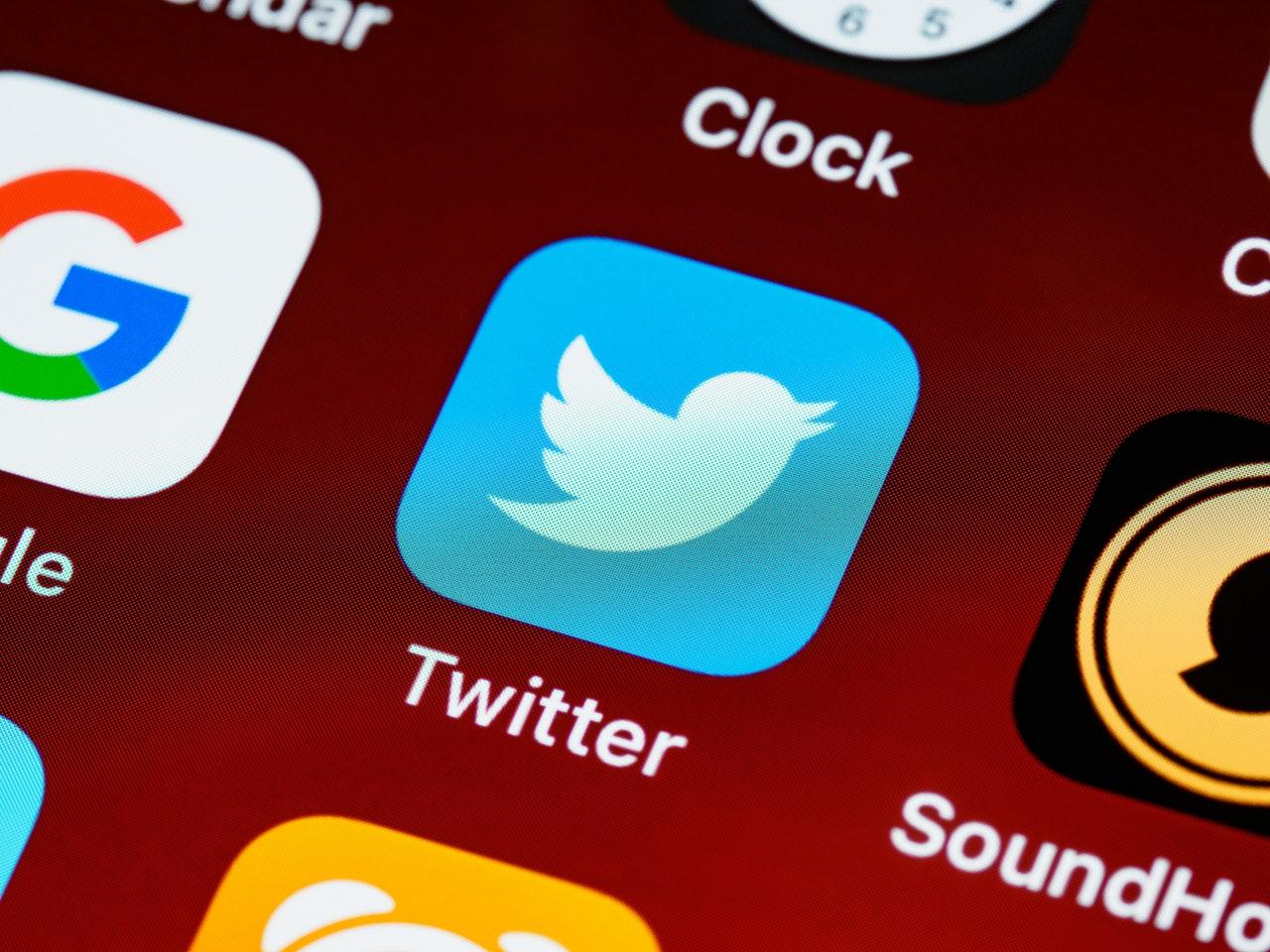 Zbliżenie ikony aplikacji Twitter na ekranie telefonu