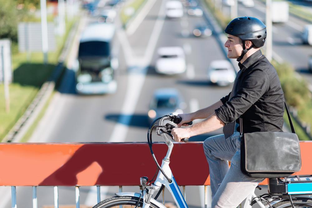Ciclista sorrindo usando capacete