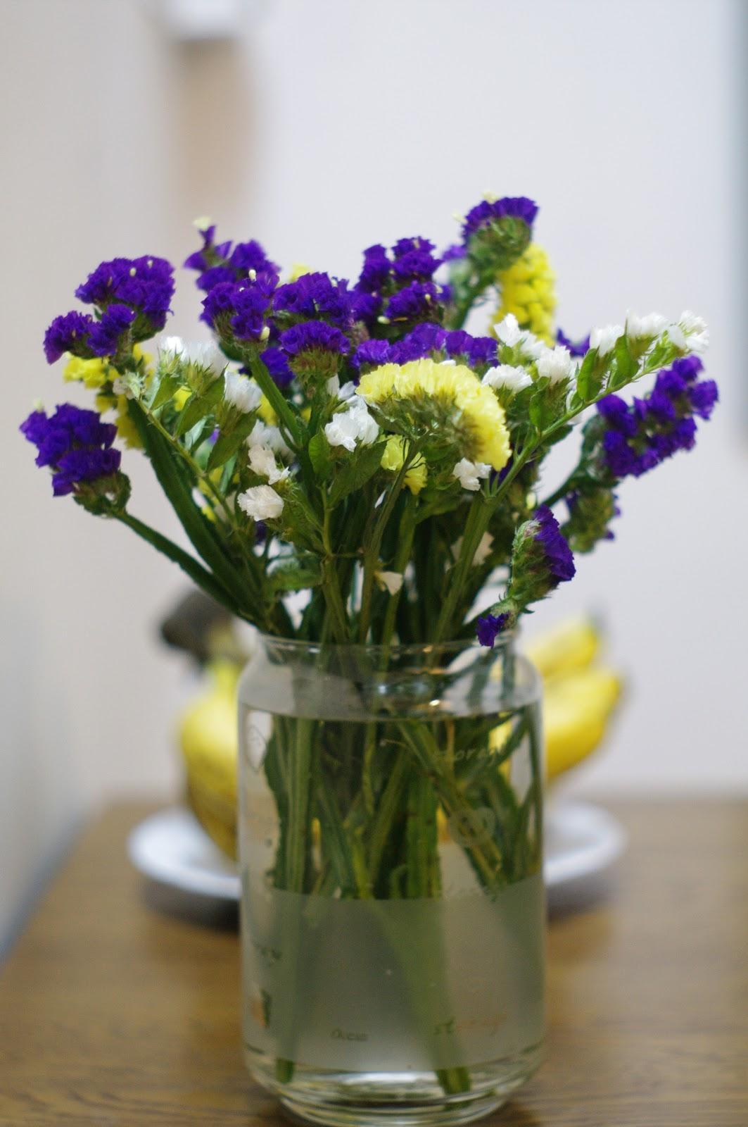 Ảnh có chứa hoa, cây, bàn, trong nhà Mô tả được tạo tự động