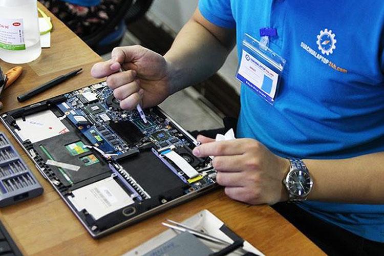 Kỹ thuật viên tiến hành tra kem tản nhiệt cho CPU
