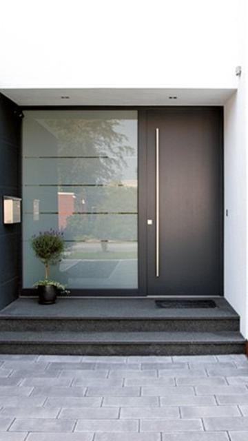 Sötétbarna alumínium bejárati ajtó utcáról nézve