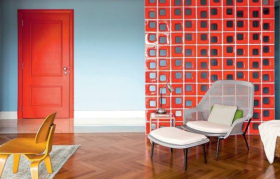 Cobogó vermelho aplicado na sala