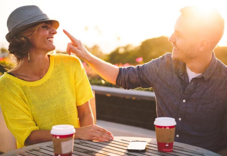 Женщина и мужчина пьют кофе в кафе